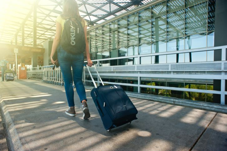 Met bagage naar het vliegveld
